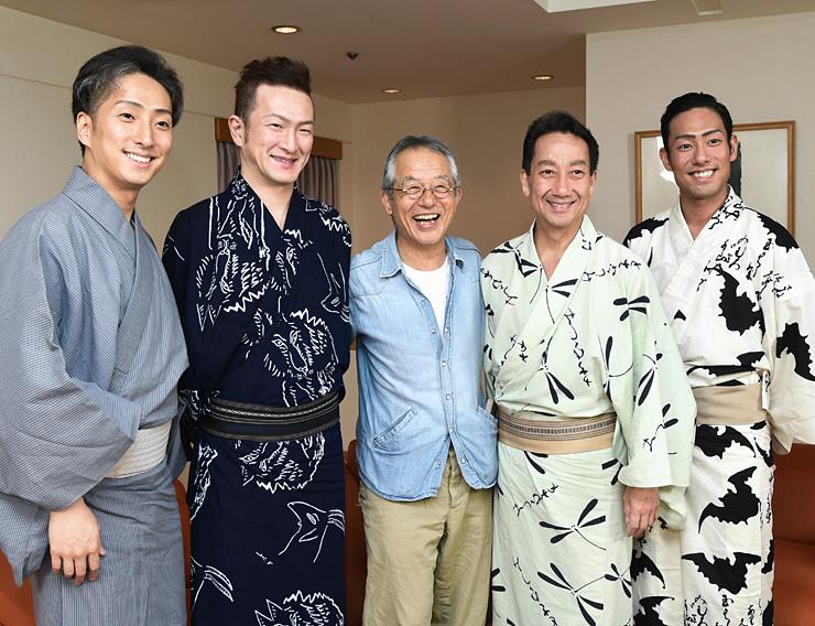 記念撮影する(右から)中村勘九郎さん、中村扇雀さん、串田和美さん、中村獅童さん、中村七之助さん