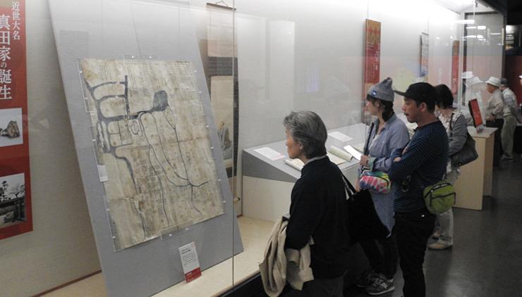 大勢の観光客が訪れている真田宝物館