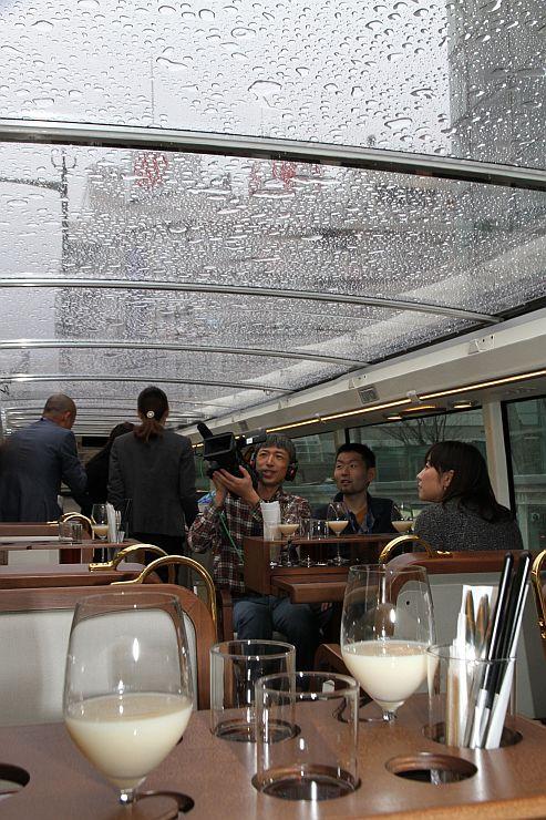 開放的な空間で料理と移動を楽しめるレストランバス2016年4月7日の様子=新潟市中央区