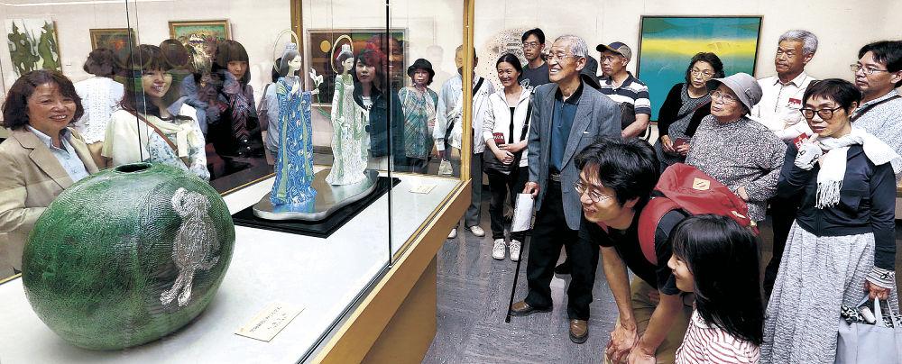 工芸美術の秀作を鑑賞する来場者=石川県立美術館