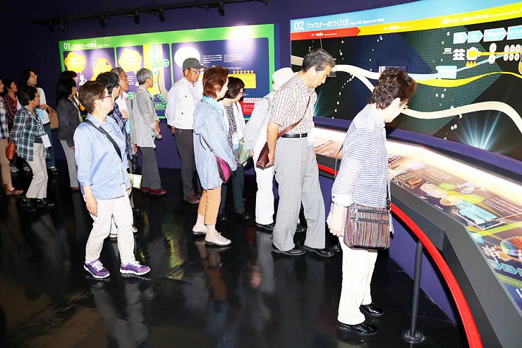 YKKセンターパークの丸屋根展示館を見学する参加者=黒部市吉田