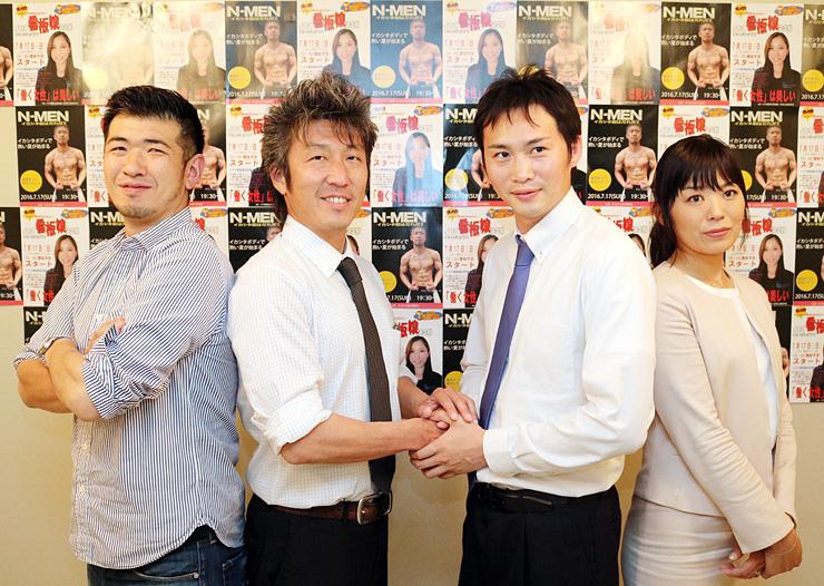 イベントのPRチラシをバックに意気込む高橋会長(左から2人目)ら青年部メンバー