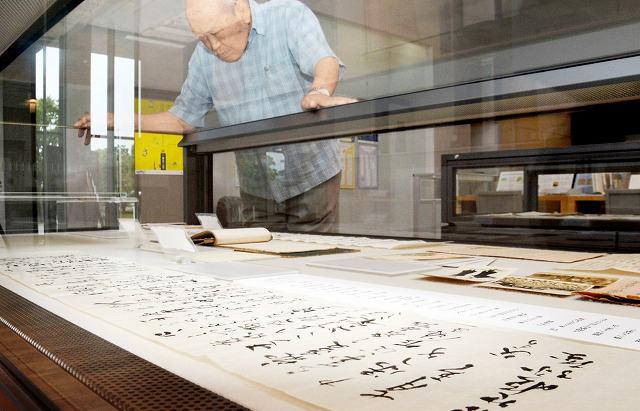 家族や恋人に宛てた手紙の並ぶ展示=24日、福井市の県文書館