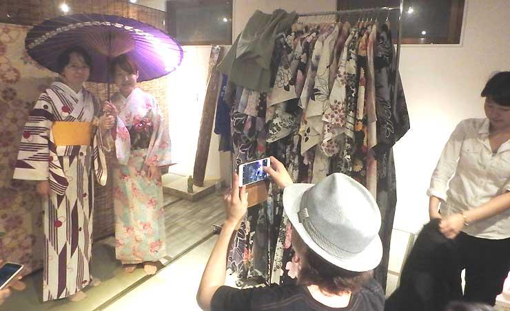 磐佐さんが始める着物レンタルの店舗で、用意した着物や浴衣の試着をするメンバー