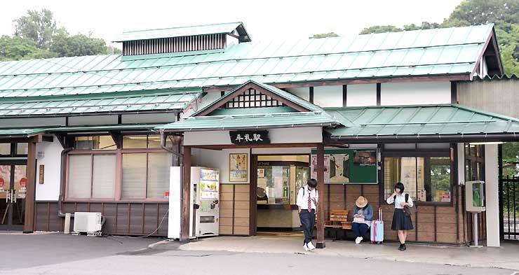 「ヤギ駅長」を迎えるしなの鉄道北しなの線牟礼駅
