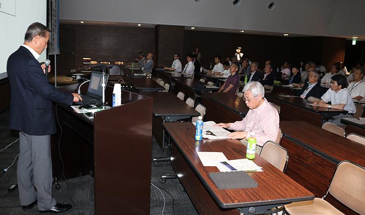 立山砂防施設の文化的価値について語る五十畑教授(左)=県民会館