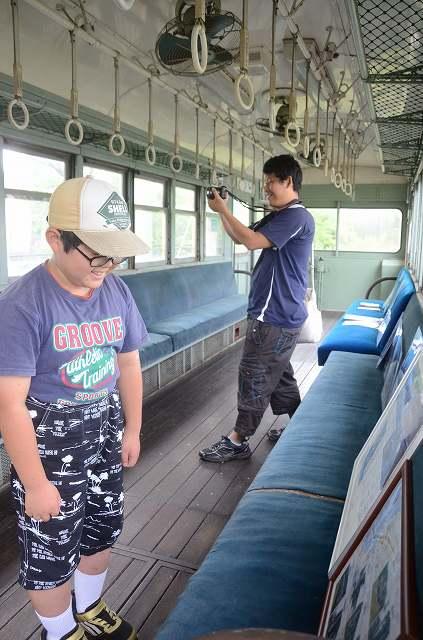 レトロな雰囲気が漂う車内を見学する鉄道ファン=25日、福井市下馬中央公