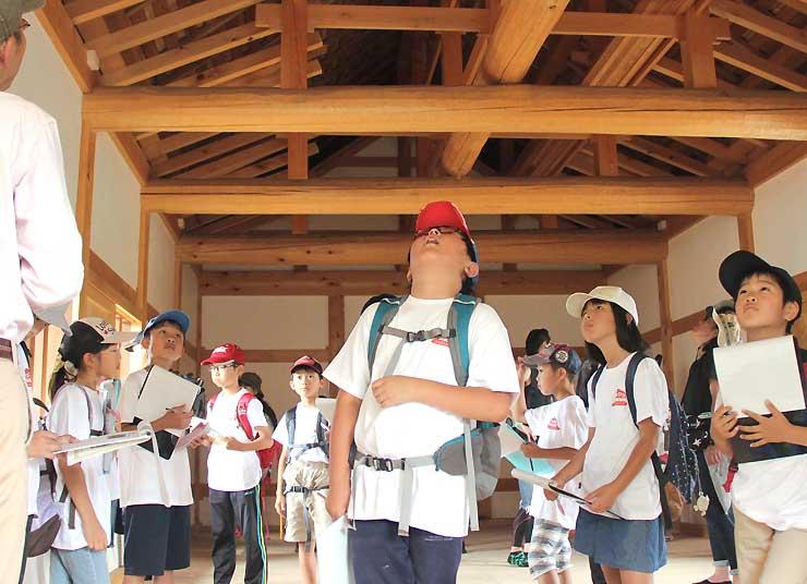 海津城跡にある櫓門の内部を見学する子どもたち