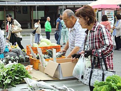 辰野の「軽トラ市」にぎわう 住民有志が初開催