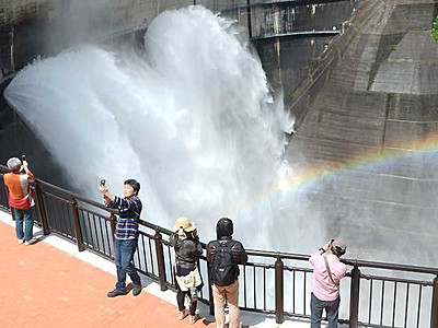 迫力間近、黒部ダム観光放水始まる 新展望テラス開放