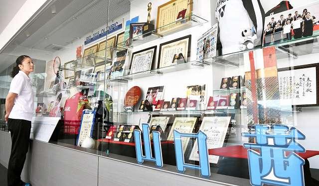 ジオアリーナに展示された山口茜選手のメダルやユニフォーム=27日、福井県勝山市