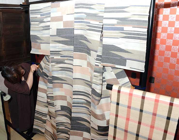 7月の作品展で飾る、故松本花さんの手による松代紬の着物