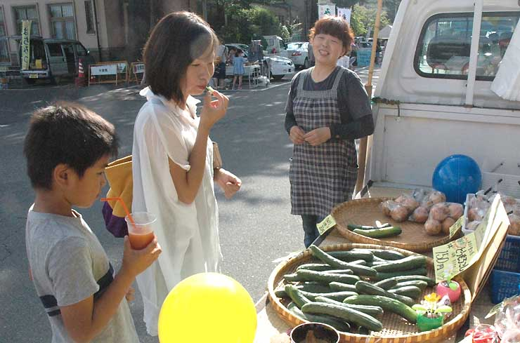 地元産野菜などが並んだ昨年の上諏訪温泉朝市。今年は7月10日に始まる