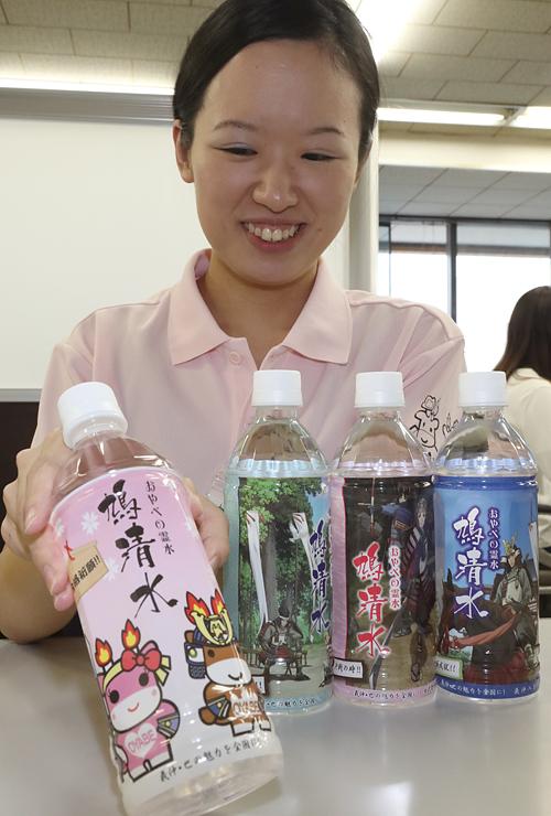 おやべの霊水「鳩清水」のペットボトルにデザインされたメルギューくんとメルモモちゃん