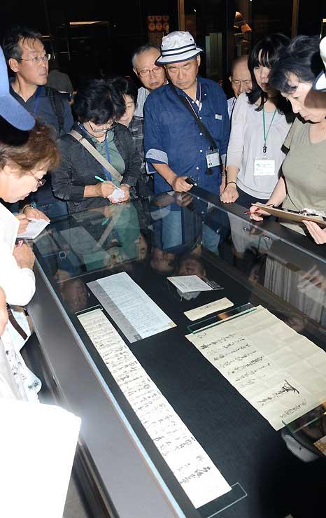 特別企画展「戦国の絆」の第2期で展示された古文書を見る来館者ら