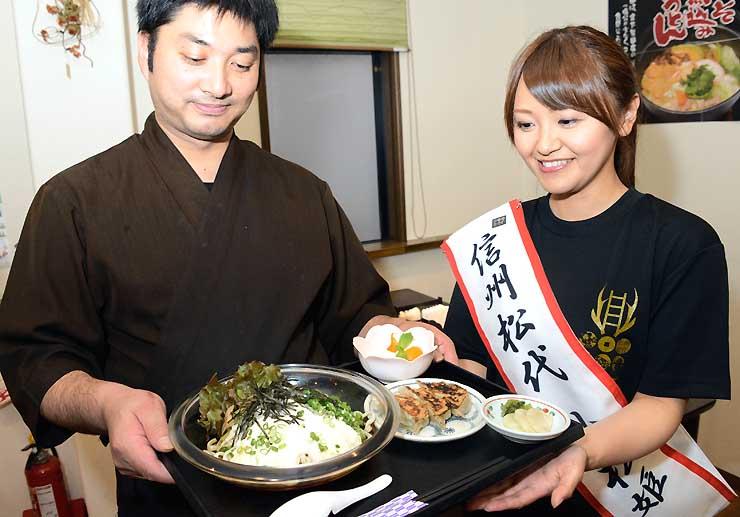 「小松姫」の平田さん(右)がプロデュースし、こむぎ亭店主の窪田さん(左)が考案した小松姫御膳