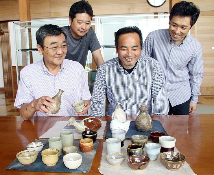 発送前に作品を確認する(手前左から時計回りに)釈永代表、北村さん、吉野さん、加藤さん=陶農館