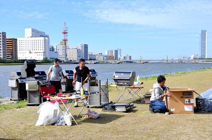 やすらぎ堤での飲食店オープンに向けて準備を進める関係者=29日、新潟市中央区