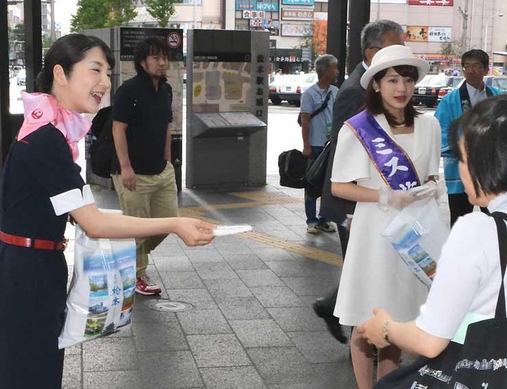 大阪線の利用を呼び掛けるジェイエアの山田さん(左)ら