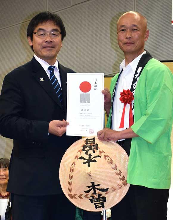 「日本遺産」の認定証を手にする向井南木曽町長(右)と馳文科相
