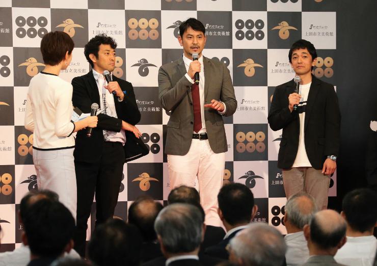 記念式典でドラマについて話す(右から)大野さん、藤本さん、迫田さん