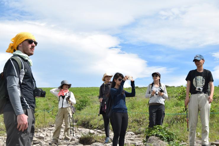 風景などを写真や動画に収めながら歩いた外国人ら