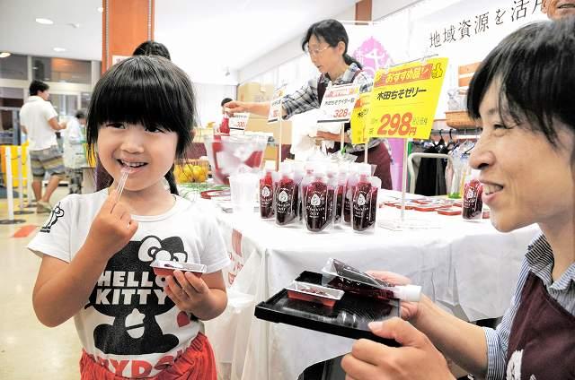 木田ちそを使った新商品のゼリーの販売会=2日、福井市のアグリらんど喜ね舎