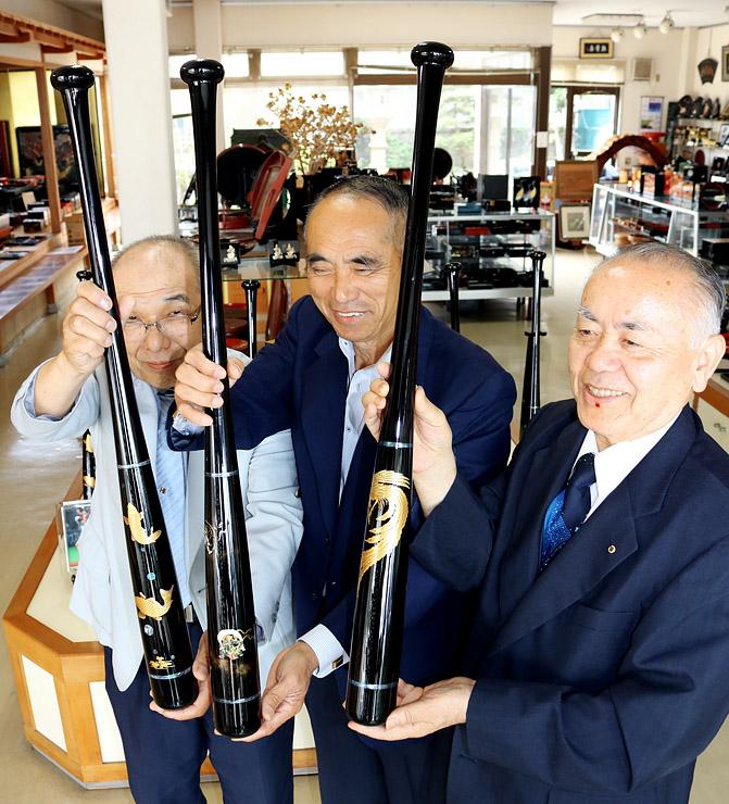 高岡漆器の装飾バットを作った中村さん(中央)。左は矢野さん、右は木田さん=中村漆器店