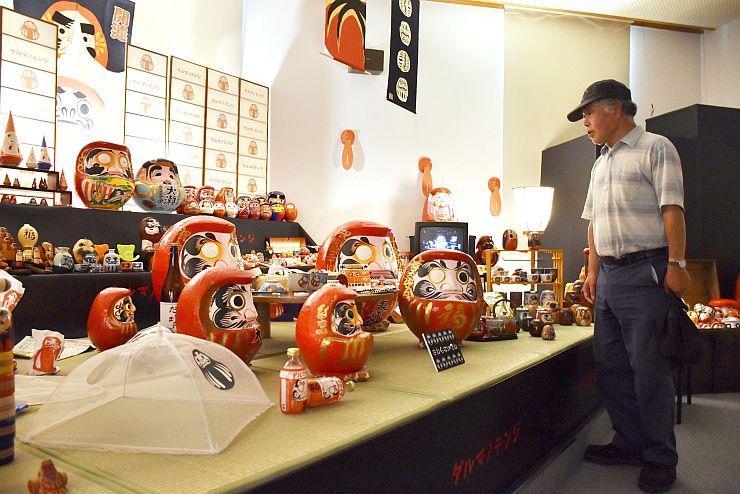 さまざまな表情や形のだるまが並ぶ会場=長岡市栃尾美術館
