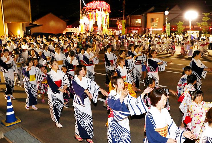 大勢の住民が参加して楽しんだ輪踊り=高岡市の戸出コミュニティセンター