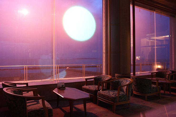 窓に映像を投影し、夕日をバーチャル体験できる「夕映えシアター」=5日、村上市瀬波温泉2の汐美荘