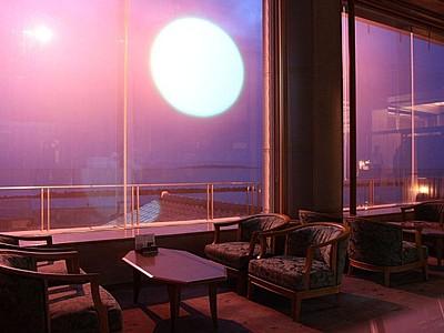 悪天、夜でも夕日くっきり 村上・瀬波のホテル 窓に特殊フィルム 夕日投影、11日から