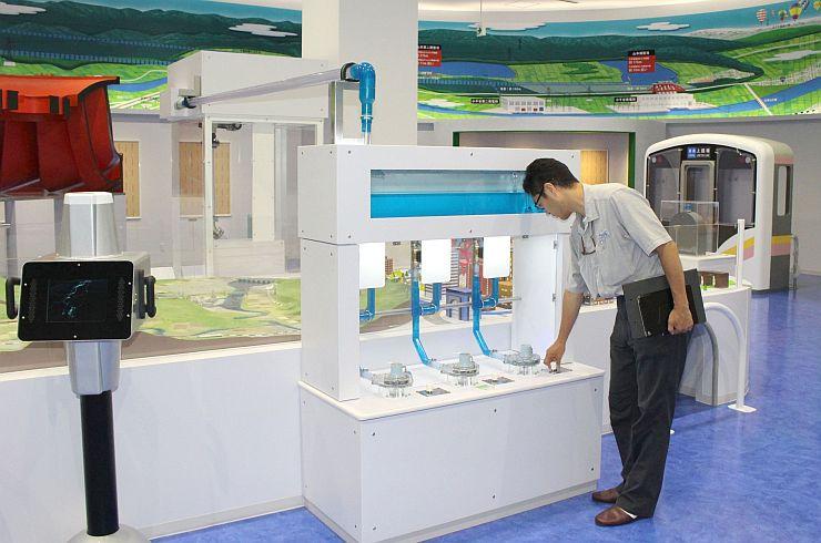 水力発電の体験コーナーなどが並ぶ「小千谷信濃川水力発電館」