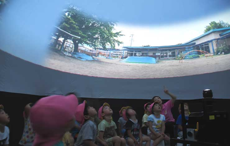 七夕をテーマにした番組の最初に自分たちの園舎が投影され、歓声を上げる園児
