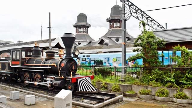 メルヘンチックな塔が特徴的なJR小浜線若狭本郷駅(写真奥)。手前はSL「義経号」のレプリカ=おおい町本郷