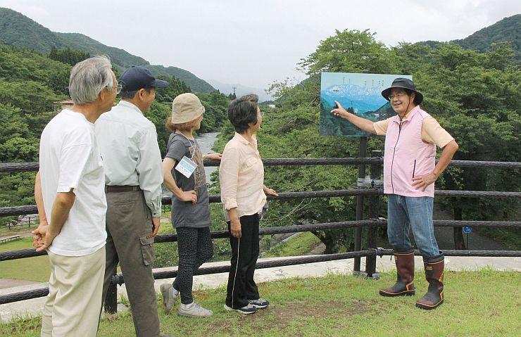 用意したコースを案内し合い、準備を進める市民観光ガイドのメンバー=5日、胎内市下赤谷