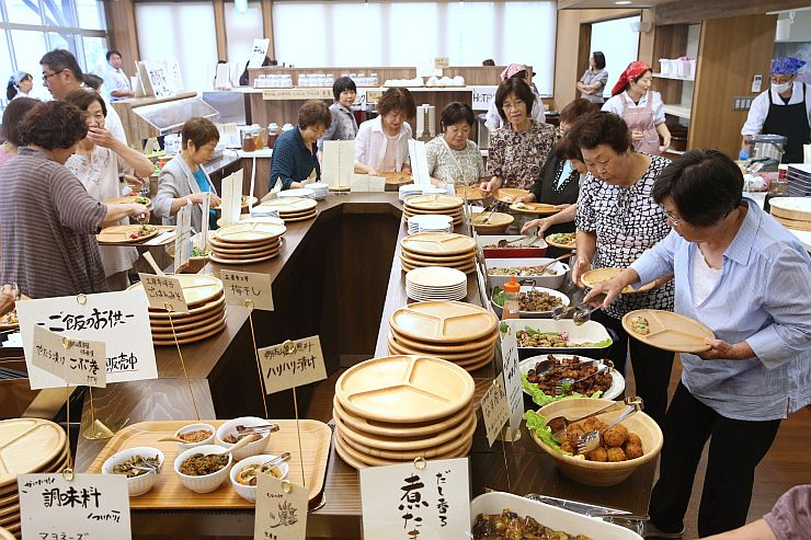 関係者がレストランのメニューを味わったJAえちご上越の「あるるんの杜」内覧会=7日、上越市大道福田