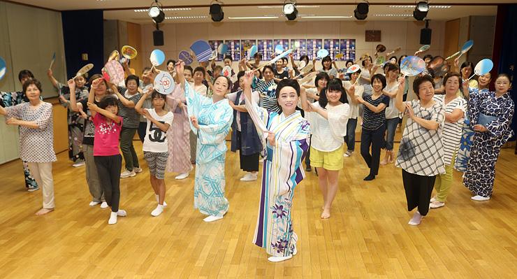 櫓輪踊りの練習に取り組む参加者