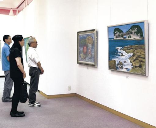秀作に見入る来場者=七尾市の石川県七尾美術館