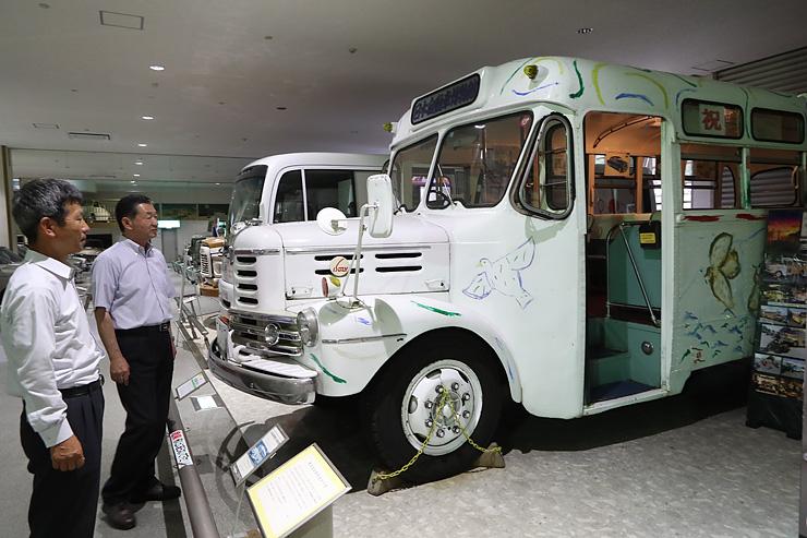 小矢部市商工会が10月にアウトレットモールと街中を結んで走らせるボンネットバス=石川県小松市