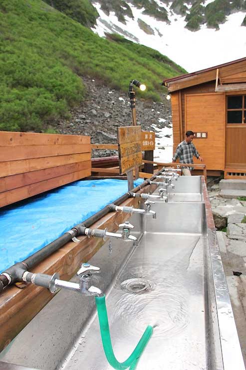 通常は無料だが、水不足が進めば、有料化も検討する涸沢ヒュッテの水場=6月29日