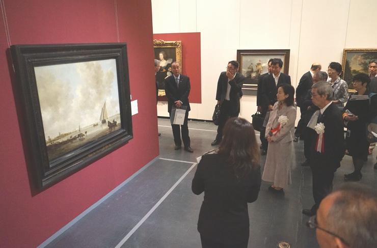 学芸員の解説を聞きながら西洋絵画の巨匠の名作に見入る来場者ら
