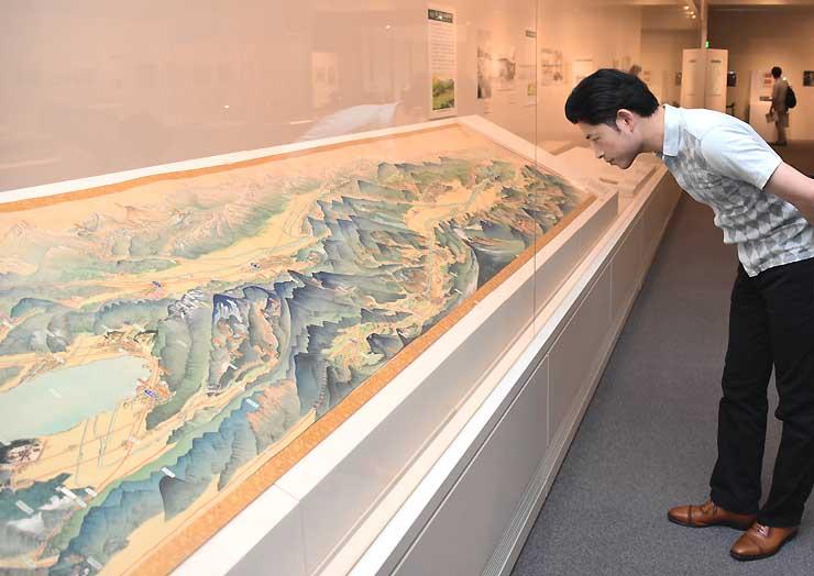 廃線の歴史をたどり、昭和初期の鉄道網や温泉地が描かれた鳥瞰図などが並んだ企画展