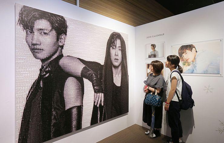 メンバーの写真を使ったモザイクアートなどが並んだ東方神起の展覧会=9日、新潟市中央区