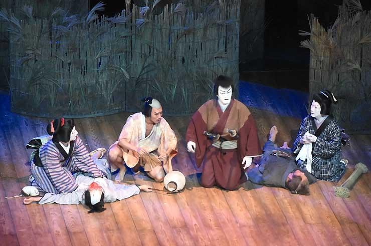 「四谷怪談」を演じる(右から座った順に)中村扇雀さん、中村獅童さん、中村勘九郎さん、中村七之助さん=11日、松本市のまつもと市民芸術館