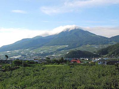 高社山頂で合流「故郷」歌おう 山の日に4ルートから