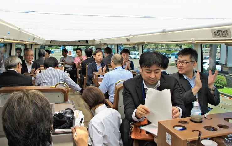 レストランバスに試乗し、観光ルートづくりに臨んだ新潟、三条、燕3市の関係者=12日、三条市のJR燕三条駅前