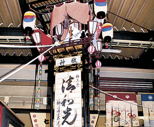 ホームに展示された奉燈=JR七尾駅