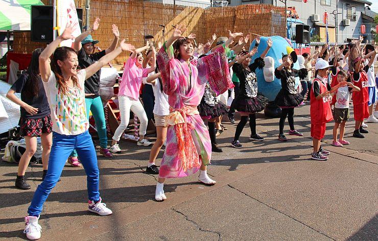 祭りで披露された市民参加のダンス2014年8月3日の様子=3日、阿賀野市