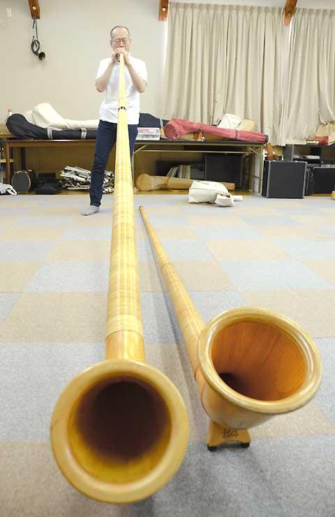 高山村内の練習場でアルプホルンを吹く西條さん